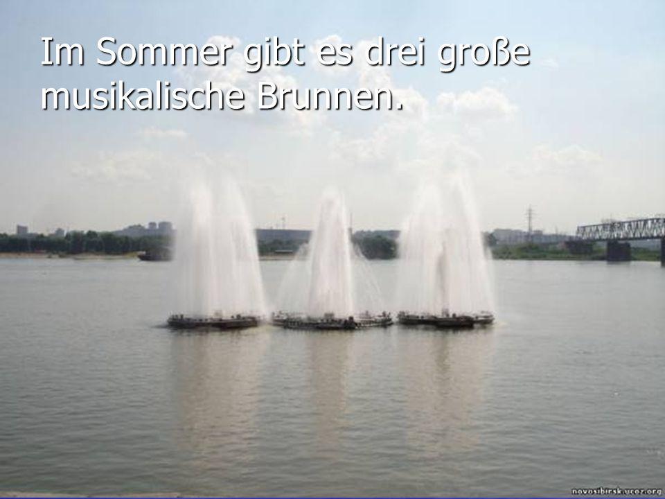 Im Sommer gibt es drei große musikalische Brunnen.