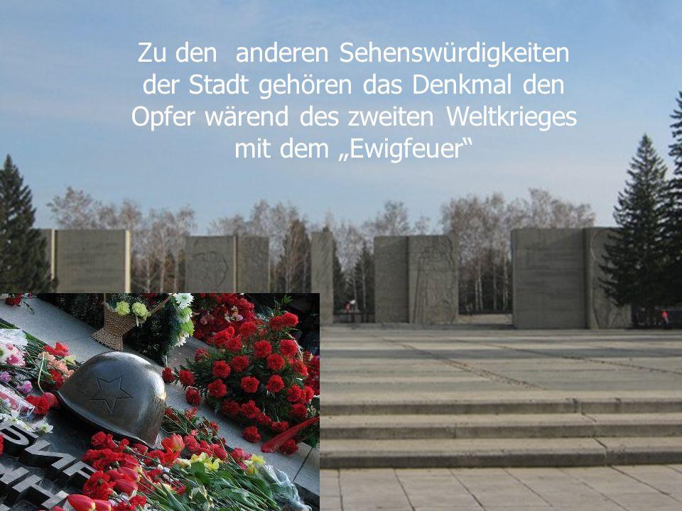 """Zu den anderen Sehenswürdigkeiten der Stadt gehören das Denkmal den Opfer wärend des zweiten Weltkrieges mit dem """"Ewigfeuer"""""""
