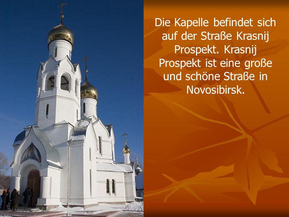 Die Kapelle befindet sich auf der Straße Krasnij Prospekt. Krasnij Prospekt ist eine große und schöne Straße in Novosibirsk.