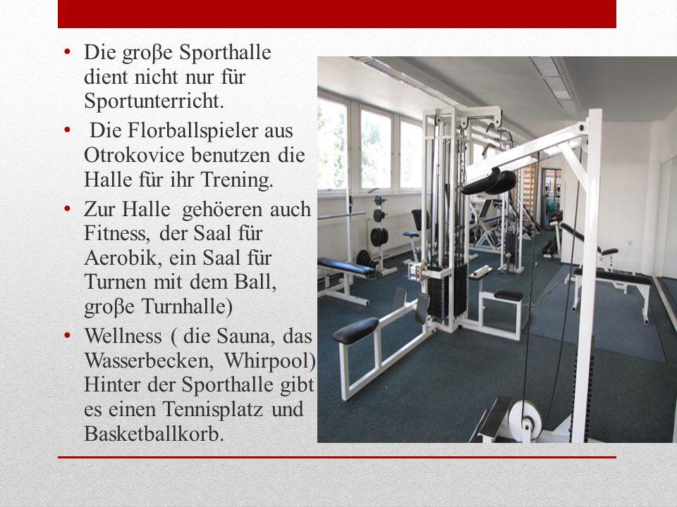 Die groβe Sporthalle dient nicht nur für Sportunterricht.