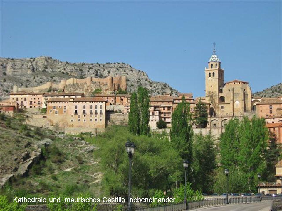 Kathedrale und maurisches Castillo nebeneinander