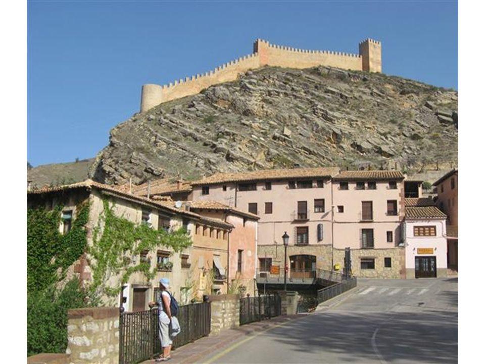 Blick von der oberen Stadtmauer hinunter auf das malerische Dorf