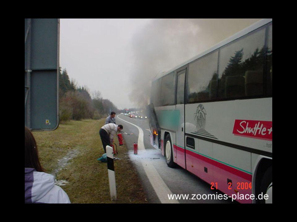 Leider ist das Gepäck zu dicht am Bus gelagert, sowohl die Wärmestrahlung als auch die aus dem Bus ausströmenden brennbaren Gase ( als schwarzer Rauch sichtbar) setzen die Gepäckstücke in Brand.