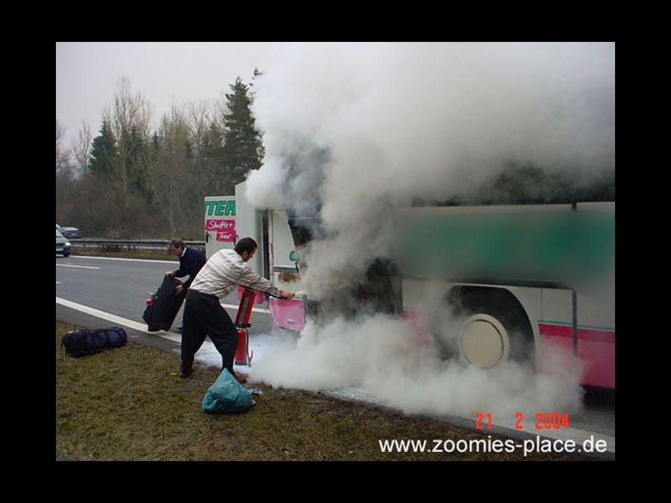 Das Löschen hat nicht funktioniert, vermutlich hat der Busfahrer es nicht geschafft eine durchgehende Pulverwolke über die Flammen zu legen.
