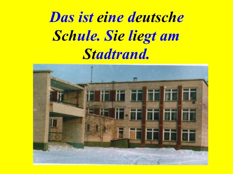 Das Schulgebäude ist hoch, es ist dreistöckig und sieht modern aus