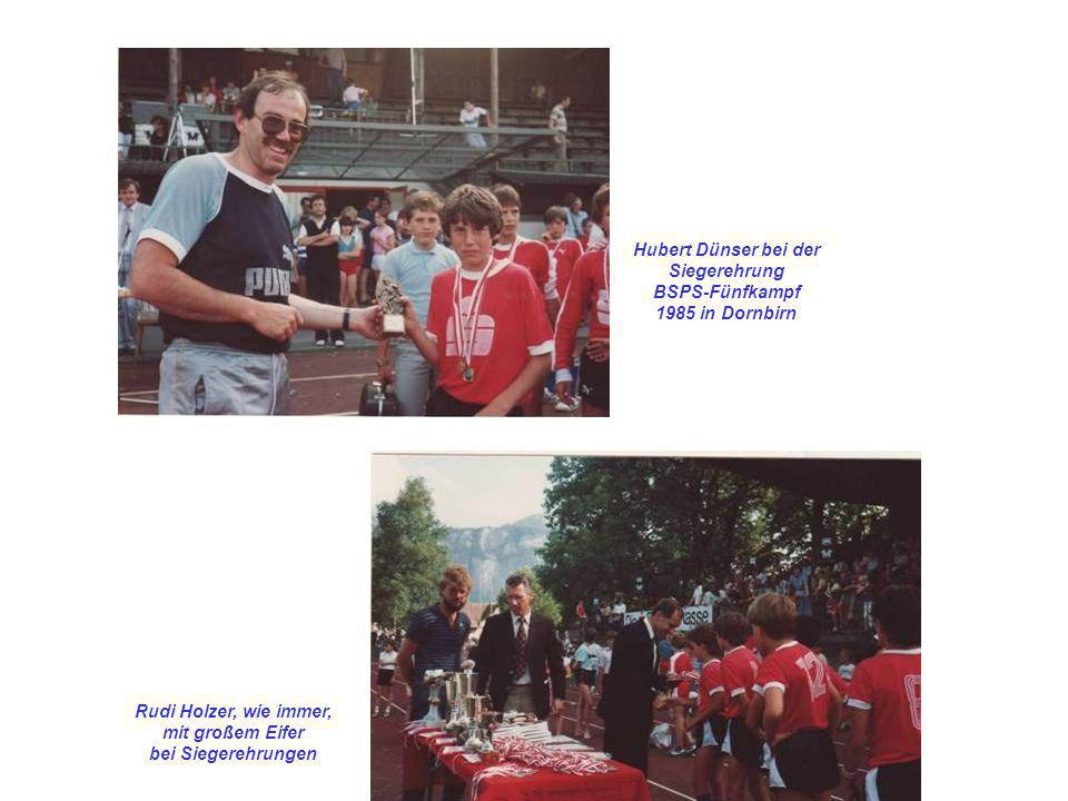 Hubert Dünser bei der Siegerehrung BSPS-Fünfkampf 1985 in Dornbirn Rudi Holzer, wie immer, mit großem Eifer bei Siegerehrungen