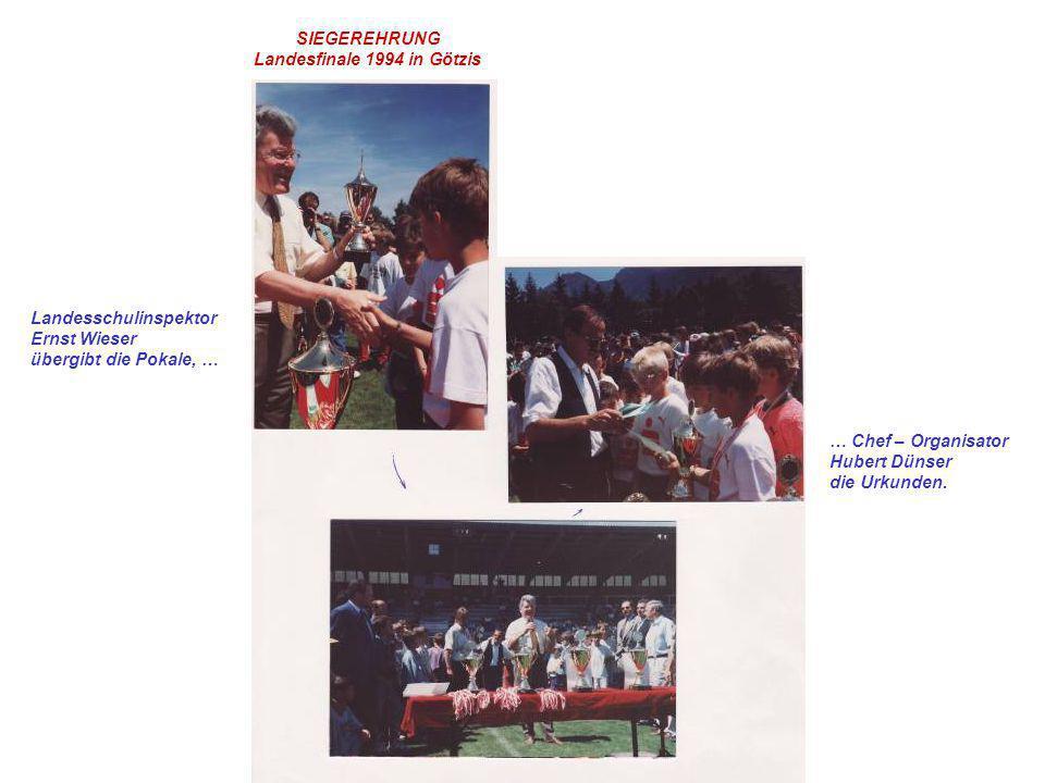 Landesschulinspektor Ernst Wieser übergibt die Pokale, … … Chef – Organisator Hubert Dünser die Urkunden. SIEGEREHRUNG Landesfinale 1994 in Götzis