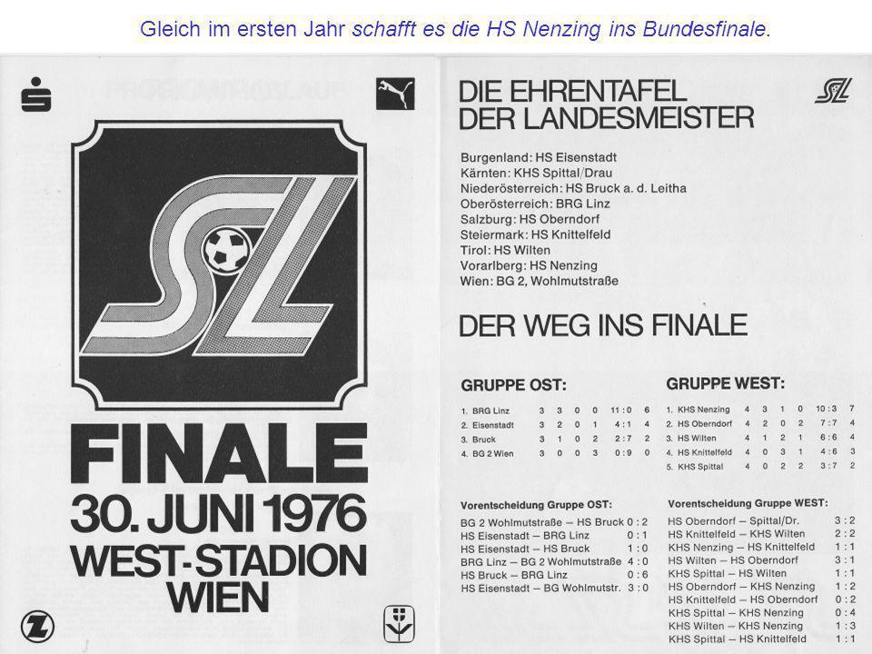 1979 Vorarlbergs beste Fußballtechniker, die 4 Bezirkssieger: Harald Reinprecht Wolfgang Müller Andreas Hötzendorfer Harald Eberle HS Altach HS Nenzing HS Bregenz HS Dornbirn-Schoren Herr Lindinger (BSPS), Hubert, Herr Ammann (Sparkasse) und LSI Sigi Zech