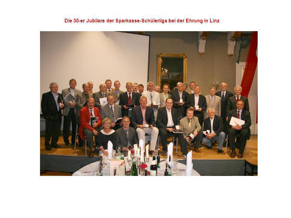 Die 30-er Jubilare der Sparkasse-Schülerliga bei der Ehrung in Linz