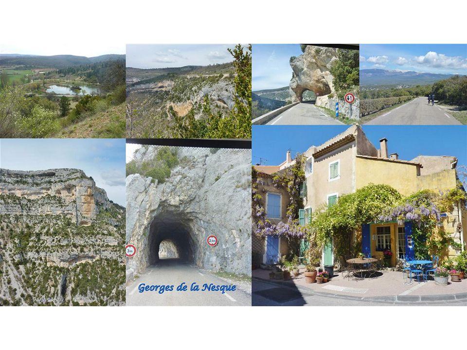 Gordes Auf einer vorgeschobenen Felsnase steigen die Häuser von Gordes wie die Sitzreihen eines Amphitheaters steil bergan.