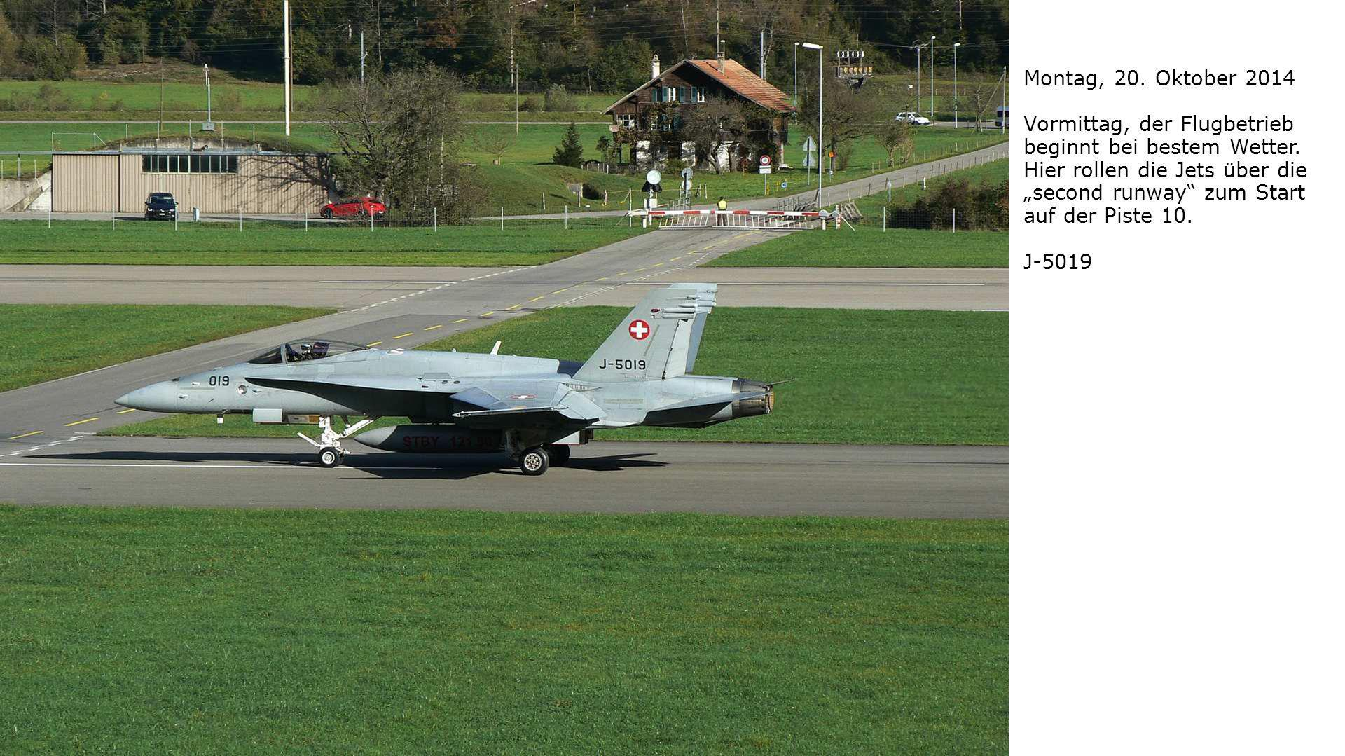 """Montag, 20. Oktober 2014 Vormittag, der Flugbetrieb beginnt bei bestem Wetter. Hier rollen die Jets über die """"second runway"""" zum Start auf der Piste 1"""