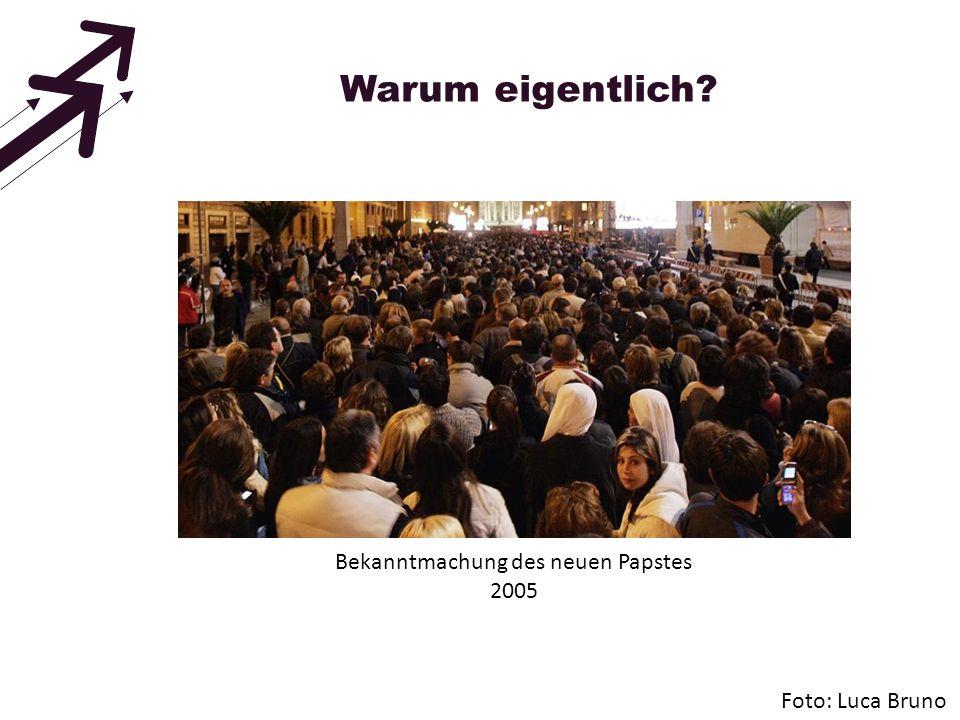 Warum eigentlich? Foto: Luca Bruno Bekanntmachung des neuen Papstes 2005