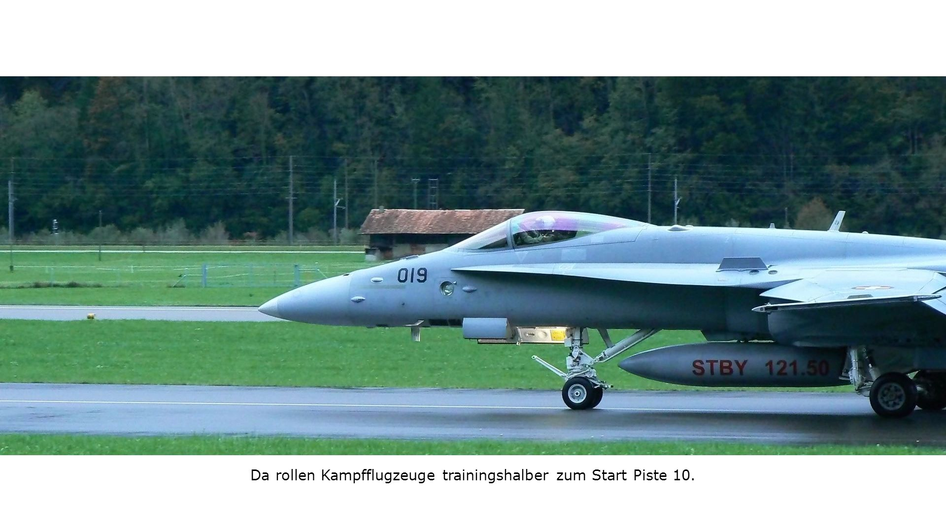 Da rollen Kampfflugzeuge trainingshalber zum Start Piste 10.