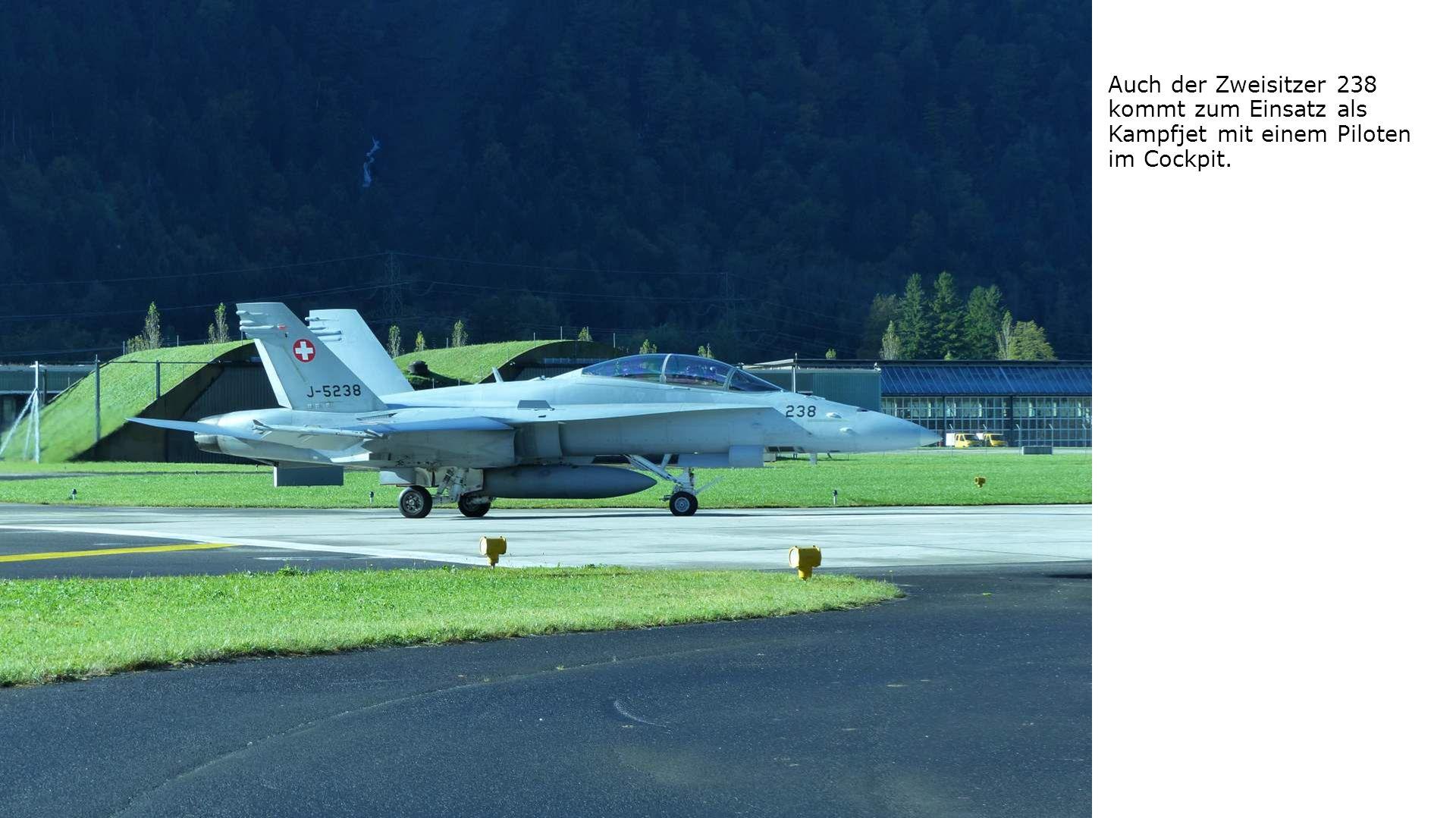 Auch der Zweisitzer 238 kommt zum Einsatz als Kampfjet mit einem Piloten im Cockpit.