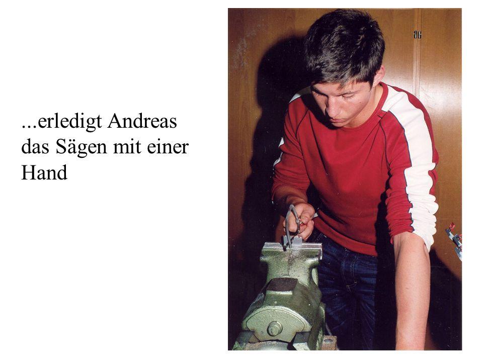 ...erledigt Andreas das Sägen mit einer Hand