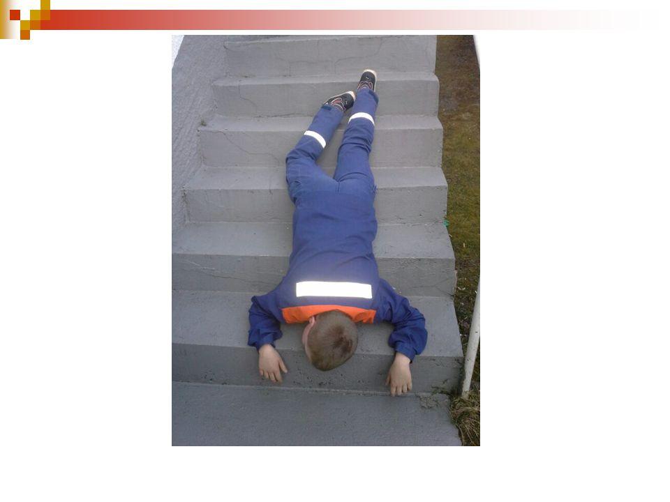 Danach soll er Ölbindemittel in Säcken auf den Dachboden bringen und geht die Leiter falsch herum wieder runter.