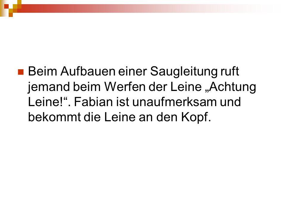 """Beim Aufbauen einer Saugleitung ruft jemand beim Werfen der Leine """"Achtung Leine!"""". Fabian ist unaufmerksam und bekommt die Leine an den Kopf."""