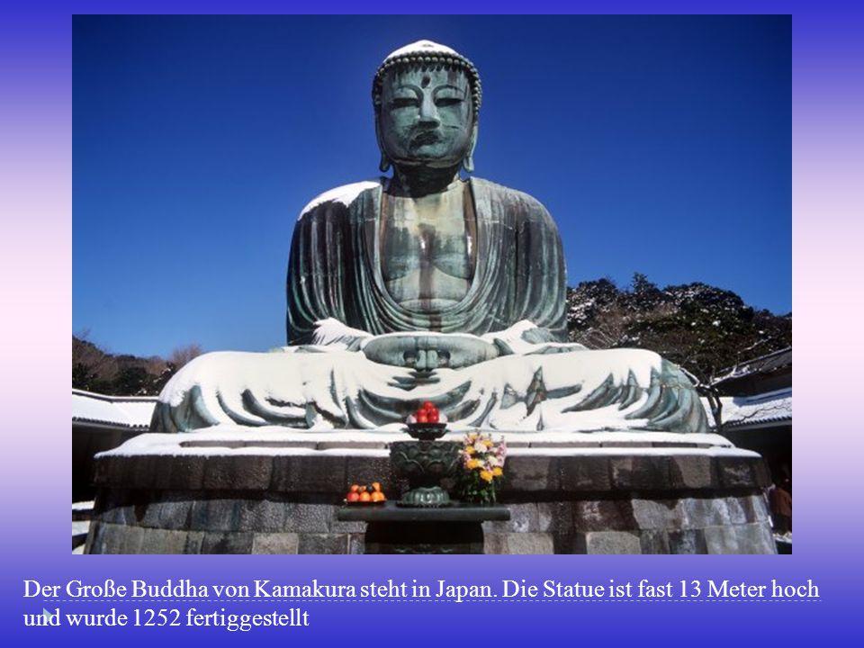 Der Große Buddha von Kamakura steht in Japan. Die Statue ist fast 13 Meter hoch und wurde 1252 fertiggestellt
