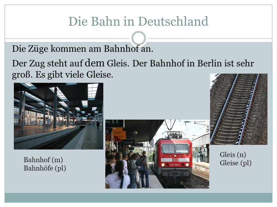 Die Bahn in Deutschland Die Züge kommen am Bahnhof an. Der Zug steht auf dem Gleis. Der Bahnhof in Berlin ist sehr groß. Es gibt viele Gleise. Bahnhof