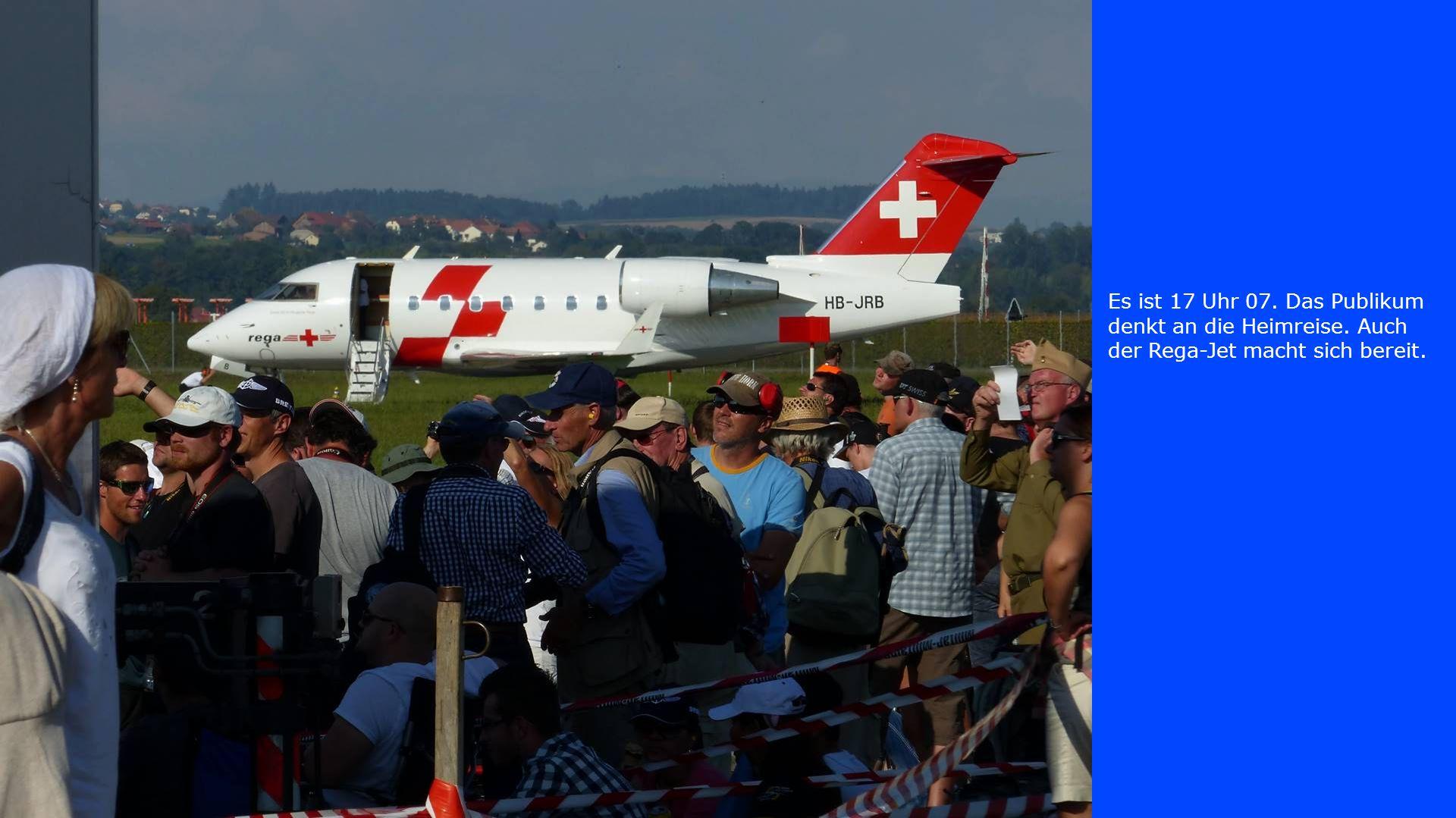Es ist 17 Uhr 07. Das Publikum denkt an die Heimreise. Auch der Rega-Jet macht sich bereit.