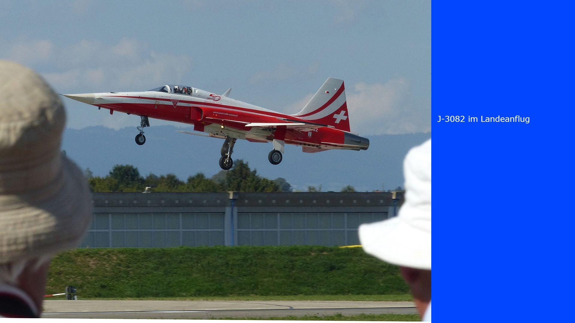 J-3082 im Landeanflug