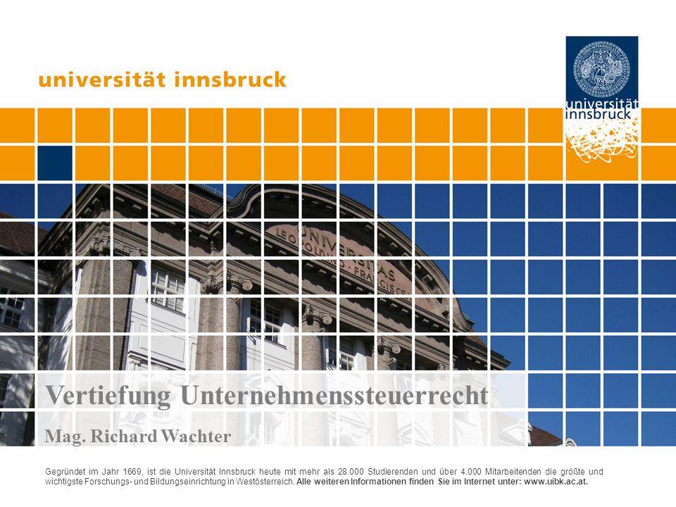 3) Aufwertungsoption für Altvermögensfälle Option zur Tauschregel für Grund und Boden (step-up)  Rechtsgrundlage:§16 Abs 6 UmgrStG iVm§6 Z 14 EStG  Grund und Boden des AV wird auf den Verkehrswert aufgewertet, mit diesem Wert in der E-Bilanz ausgewiesen und in die GmbH eingebracht o BW: 0,5 Mio auf TW: 5 Mio = durch Tausch realisierter Verkehrswert  Voraussetzung: Grund + Boden war zum 31.3.2012 nicht steuerverfangen und §30 Abs 4 wäre zum ES anwendbar gewesen (= Altvermögensfall)  steuerliche Rechtsfolgen  Aufwertung löst ImmoESt aus (3,5% von 5 Mio)  steuerliche EK steigt um 4,5 Mio auf insgesamt 5 Mio  steuerneutrale Einlagenrückzahlung nach§4 Abs 12 EStG  GrESt vom 2-fachen Einheitswert und EG vom 3-fachen Einheitswert  spätere Wertsteigerungen sind bei der GmbH mit 25% KöSt und im Ausschüttungsfall zzgl mit 25% KESt zu belasten