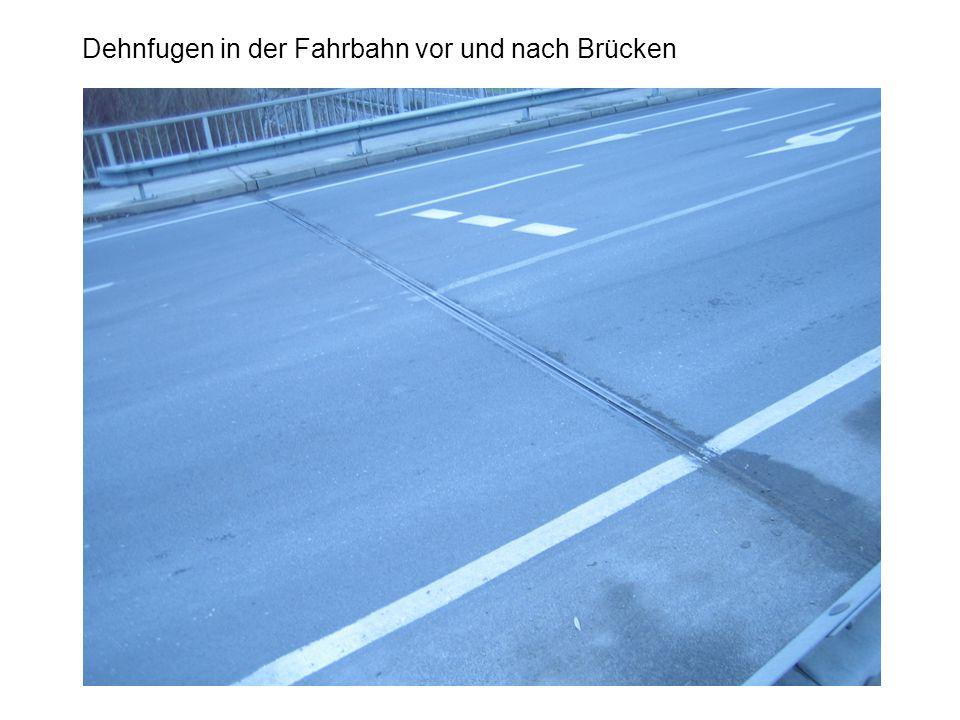 Dehnfugen in der Fahrbahn vor und nach Brücken